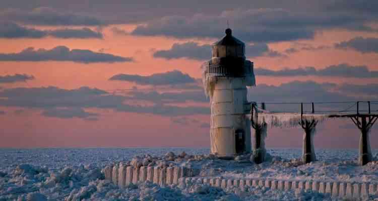 Découvrez les étonnantes photos du lac Michigan, recouvert d'écailles de glace...