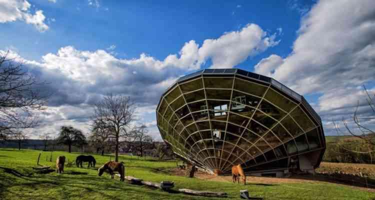 Cet ébéniste designer a inventé l'heliodome, une maison qui épouse les trajectoires du soleil