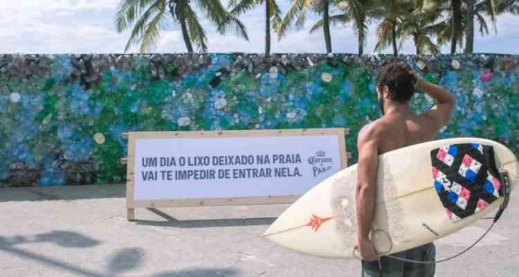 Corona bloque la plage d'Ipanema avec un mur de plastique pour mettre en évidence la pollution des océans