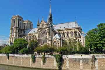 Cette vidéo permet de visiter Notre Dame de Paris en réalité virtuelle, telle qu'elle était avant l'incendie...