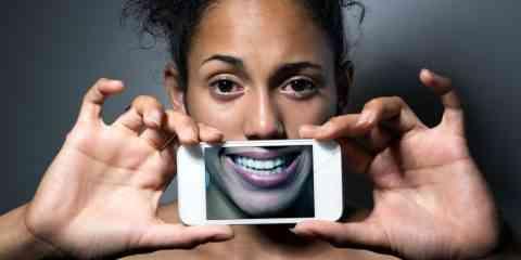 D'après cette étude, les salariés qui se forcent à sourire consomment plus d'alcool