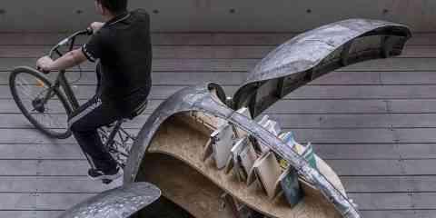 Les ailes de ce vélo coccinelle cachent une petite bibliothèque mobile pour les enfants de Chine