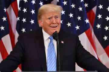 Pour dénoncer sa politique anti écologie, un anglais accueil Donald Trump avec un pénis géant...
