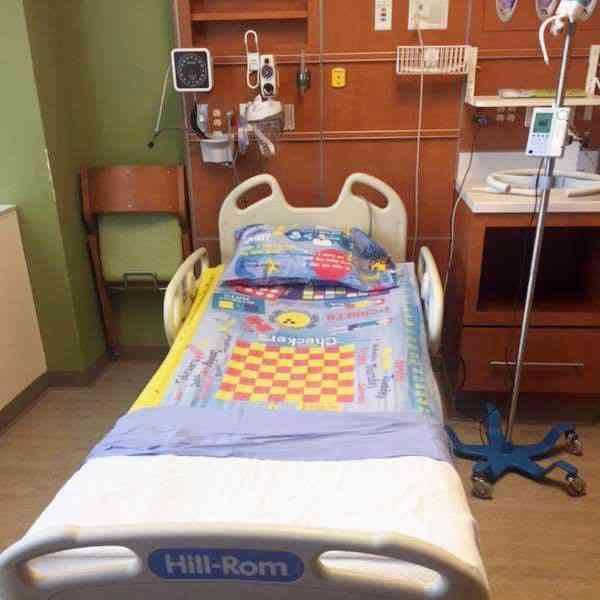 Ce papa imprime des jeux de société sur des draps pour occuper les enfants dans les hôpitaux