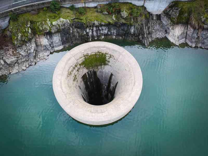 L'impressionnant (et terrifiant) système d'évacuation d'eau du lac Berryessa