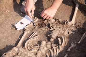 Des écoliers découvrent les restes d'un tumulus funéraire vieux de 5600 ans dans le bac à sable de leur école....