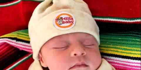 Cette couverture et ce bonnet transforme bébé en Burrito !