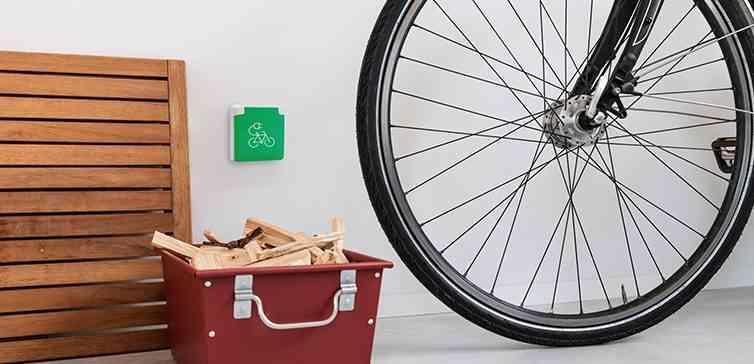 Niko dévoile une prise de courant extérieure et sécurisée pour recharger les vélos électriques