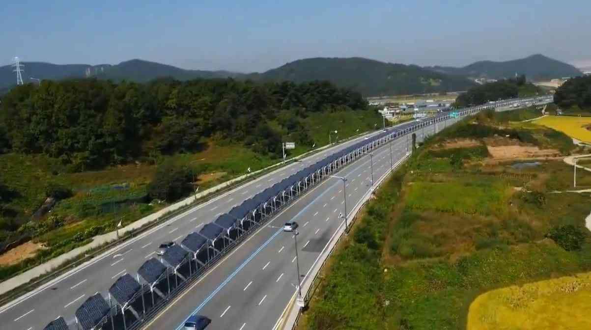 Corée du Sud : Une piste cyclable recouverte de panneaux solaires, entre les voies d'une autoroute...