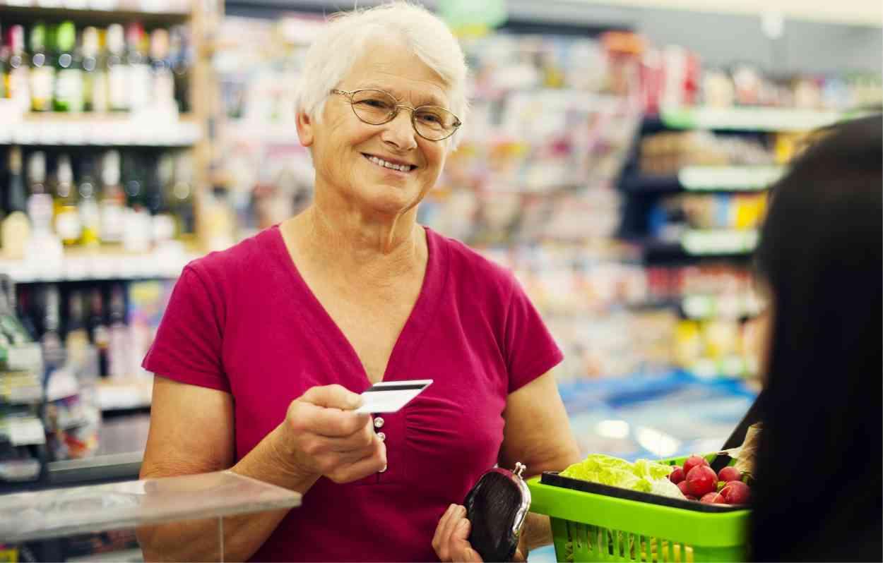 """Pays-Bas : contre l'isolement des seniors, ce supermarché propose des caisses pour """"taper la discute"""""""