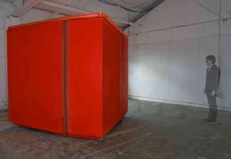 Dans ce concept de maison-cube orange se cache neuf pièces fonctionnelles