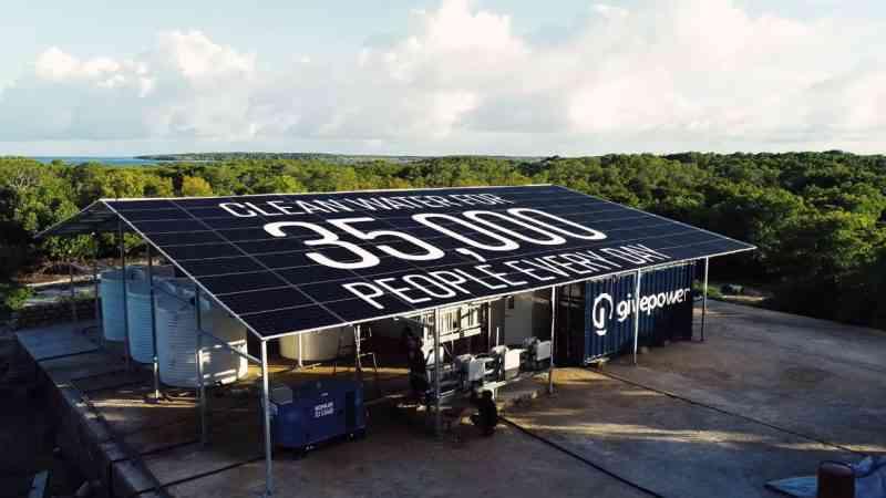 Kenya : chaque jour cette ONG transforme l'eau salée en eau potable pour 35 000 personnes, avec une centrale solaire