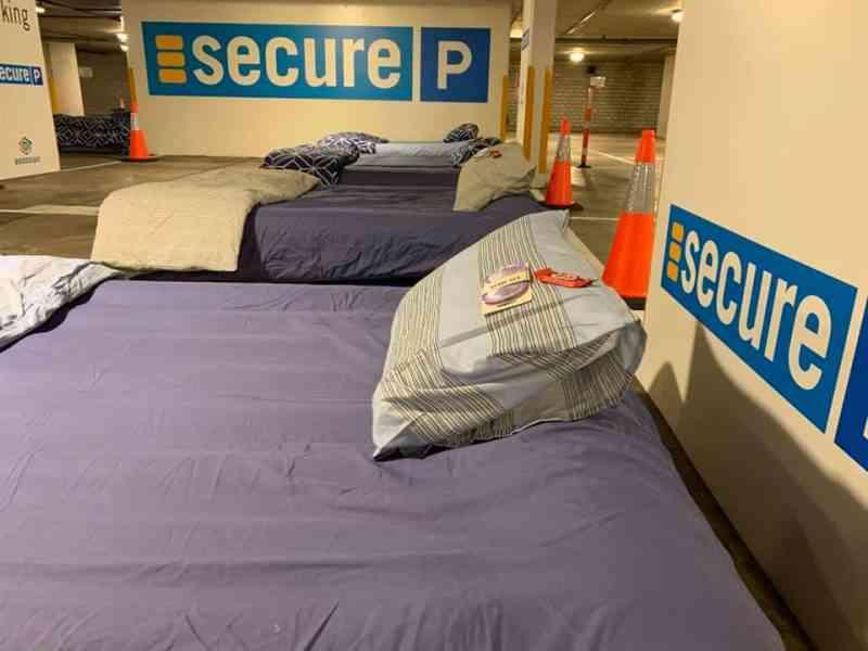 Cet australien transforme les parkings vides en refuge pour les sans abri en y installant des lits, douches et buanderies