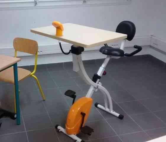 Des vélos-bureaux pour canaliser l'énergie des élèves les plus agités et de les rendre plus attentifs aux cours
