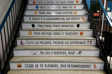 Au canada une école affiche des messages inspirants et motivants sur les marches d'escalier de l'établissement