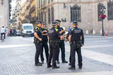 Espagne : La Policia distribue des masques aux passants dans les gares