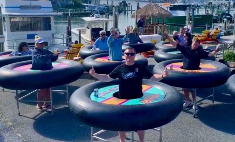 """Un bar de plage propose des """"tables bouées"""" roulantes pour faire respecter la distanciation sociale"""