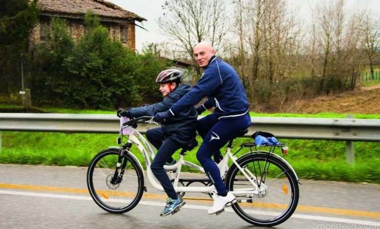 Découvrez le HugBike, un vélo tandem spécialement conçu pour les enfants atteints d'autisme