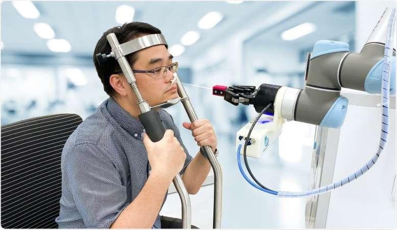 Une start-up taïwanaise a mis au point un robot qui réalise des prélèvements nasaux