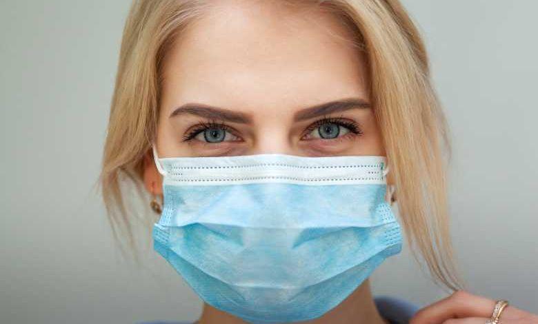 Pourquoi les masques chirurgicaux jetables ont-ils une face de couleur bleu ?