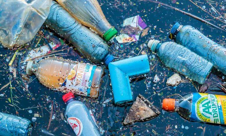 """Un jeune irlandais invente """"un aimant à plastique"""" pour dépolluer les océans"""