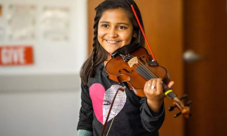 Un étudiant en ingénierie invente un dispositif pour aider une jeune violoniste en situation de handicap