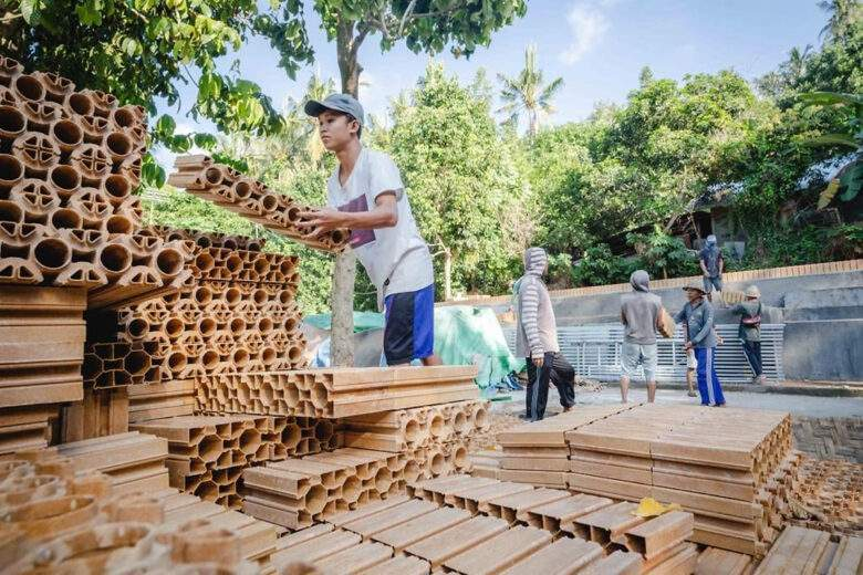"""Des briques """"LEGO"""" en matériaux recyclés pour rebâtir en 6 jours les écoles détruites à cause d'un séisme"""